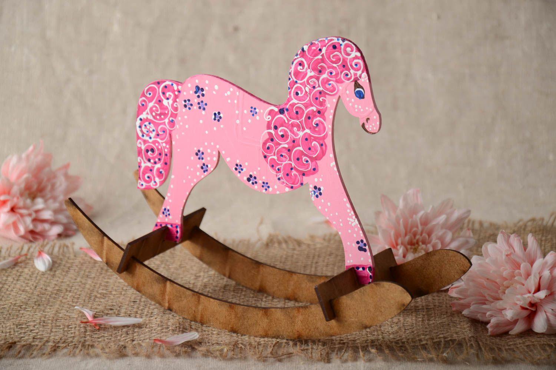 MADEHEART > Juguete artesanal puequeño rosado para niños con forma ...