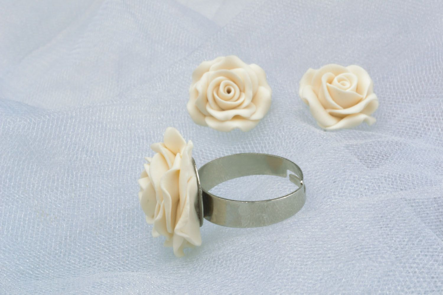 Plastic ring and earrings in the shape of white roses photo 1