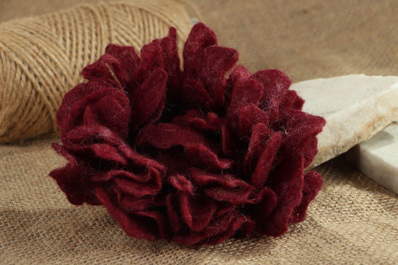 Брошь-заколка из шерсти в виде бордового цветка фото 5