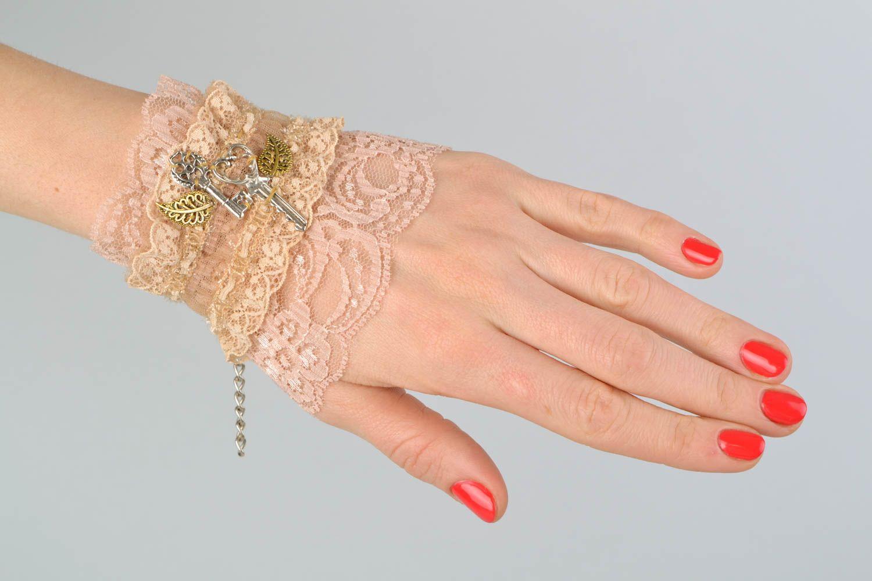 Gentle beige lacy bracelet photo 2