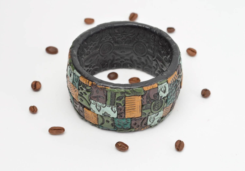 Черный наручный браслет ручной работы из полимерной глины с цветными узорами фото 1
