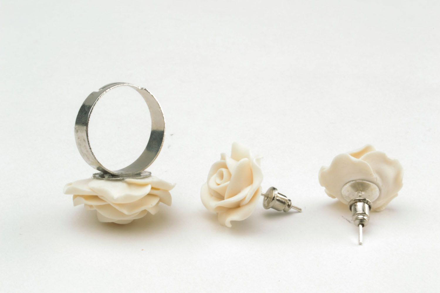 Plastic ring and earrings in the shape of white roses photo 5