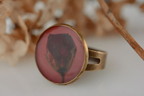 Handmade vintage round ring with dried rose flower in epoxy resin for ladies - MADEheart.com