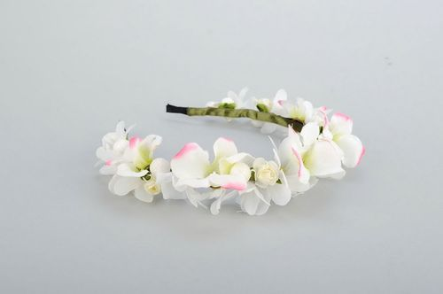 Headband with white artificial flowers - MADEheart.com