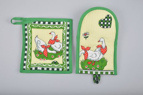 Set of handmade kitchen accessories square hot pot holder and oven mitt 2 items - MADEheart.com