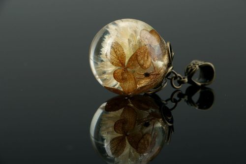 Pendant made of gomfrena and hydrangea, covered with epoxy resin - MADEheart.com