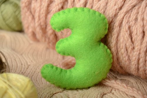 Handmade small green felt educational soft toy number 3 for count studying - MADEheart.com
