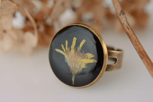 Handmade round black ring with yellow dried flower in epoxy resin for women - MADEheart.com