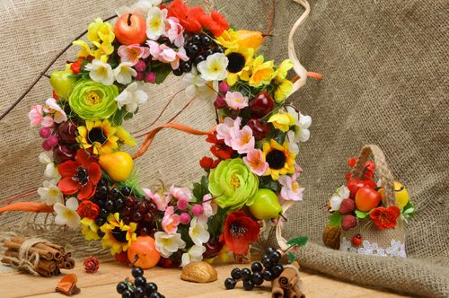 Decorative handmade set wicker basket and door wreath with fruits - MADEheart.com