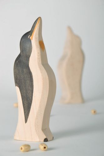 Wooden statuette Penguin - MADEheart.com
