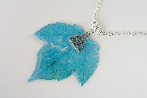 Blue handmade pendant with leaf coated with epoxy and equipped with long chain - MADEheart.com