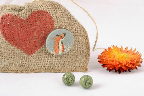 Wood and felt brooch with satin stitch embroidery - MADEheart.com