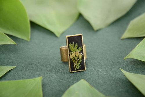 Beautiful handmade vintage ring with real flowers coated with epoxy resin - MADEheart.com