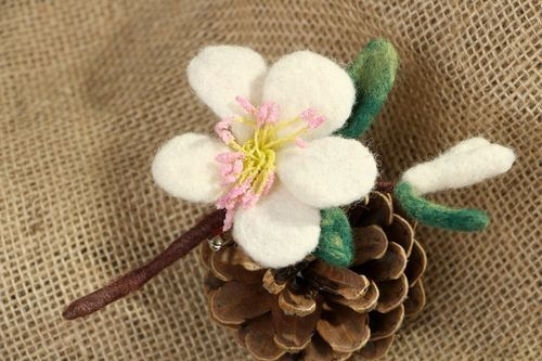 Brooch made of wool Flower - MADEheart.com