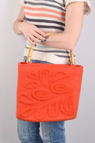 Handmade large capacious red bag felted of natural wool with wooden handles  - MADEheart.com
