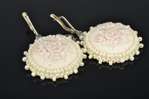 Round satin stitch embroidered earrings White Roses - MADEheart.com