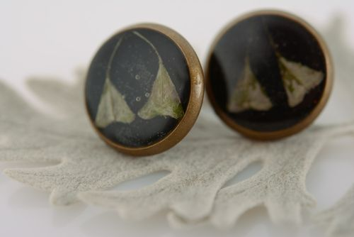 Handmade metal stud earrings with dried flowers coated with epoxy - MADEheart.com