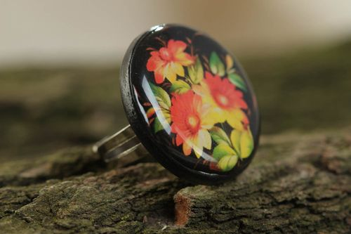 Beautiful handcrafted vintage ring made of polymeric clay and glass glaze with flower print - MADEheart.com