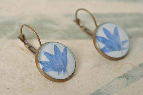 Beautiful homemade earrings with dried flowers coated with epoxy - MADEheart.com