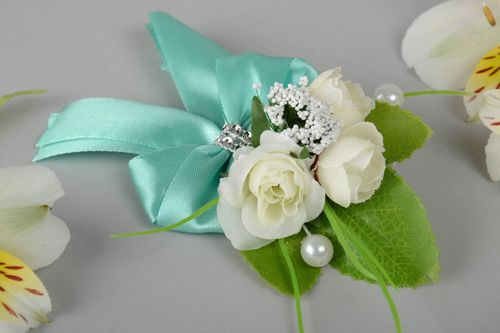 Beautiful handmade boutonniere for bride or groom of light color with flowers - MADEheart.com