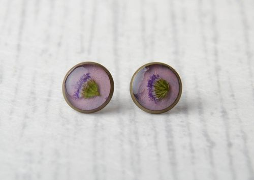 Epoxy stud earrings with real flowers - MADEheart.com