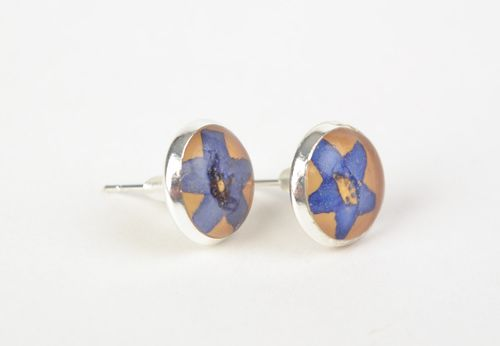 Handmade round stud earrings with dried flowers coated with jewelry resin - MADEheart.com