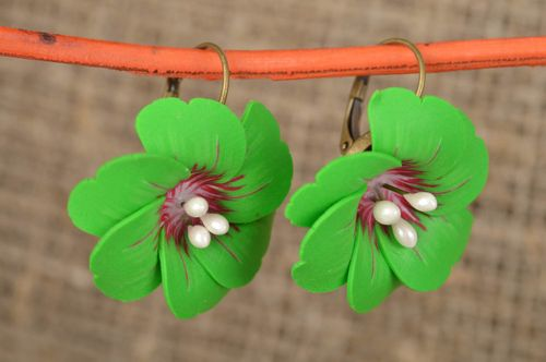Exclusive green flower earrings made of polymer clay for summer look - MADEheart.com