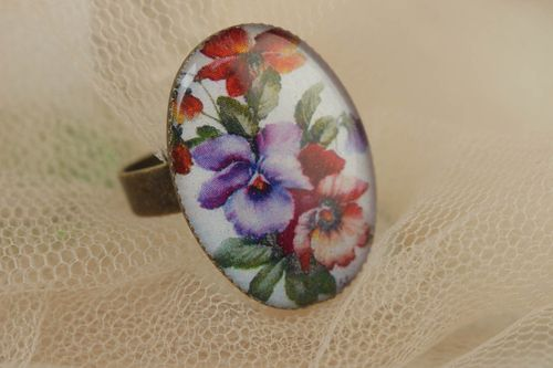 Handcrafted vintage egg-shaped ring made of glass glaze with violets - MADEheart.com