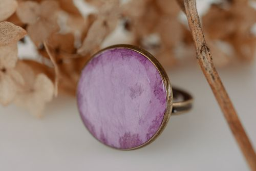 Handmade round violet ring with flower petal embedded in epoxy resin for women - MADEheart.com