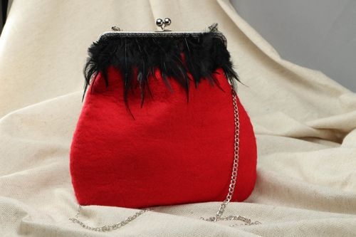 Wool shoulder bag with chain and feathers - MADEheart.com