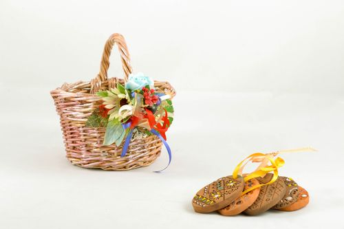 Small woven basket with flowers - MADEheart.com