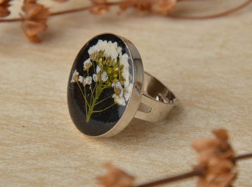 Black ring with natural flower in epoxy resin - MADEheart.com