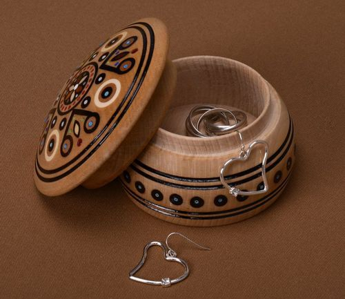 Round wooden jewelry box - MADEheart.com