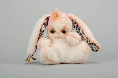 Une peluche Lapin Bill - MADEheart.com