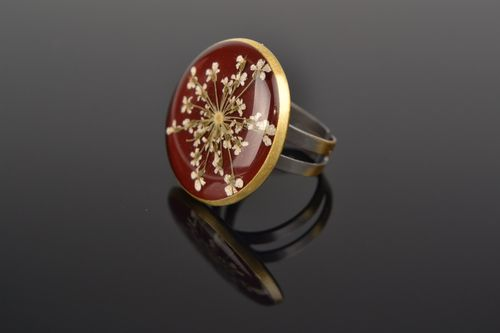 Handmade red ring of adjustable size with dried flowers coated with epoxy - MADEheart.com