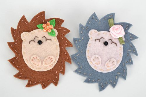 Set of handmade childrens felt brooches in the shape of hedgehogs 2 pieces - MADEheart.com