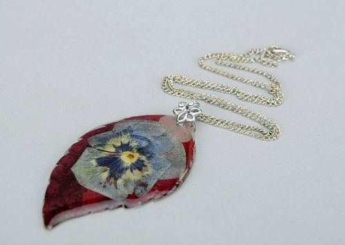 Pendant covered with epoxy Leaf of wild grape and pansies - MADEheart.com