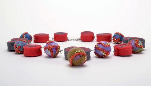 Red felt bead necklace - MADEheart.com