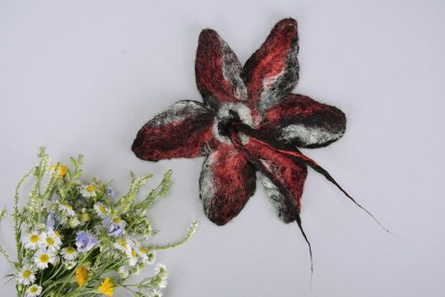 Wool brooch Black and red - MADEheart.com
