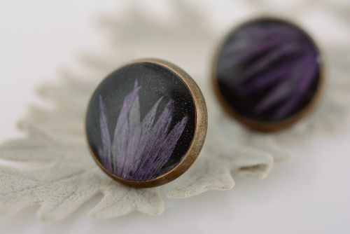 Handmade round black stud earrings with dried flower embedded in epoxy resin - MADEheart.com