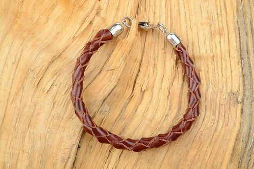 Round braided bracelet of brown color - MADEheart.com