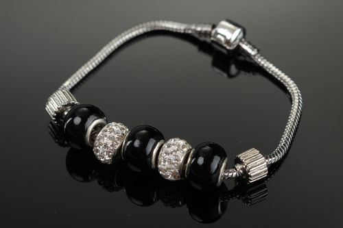 Handmade designer metal wrist bracelet with glass beads of different colors - MADEheart.com