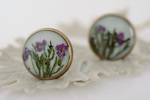 Handmade round stud earrings with tender floral composition in epoxy resin - MADEheart.com