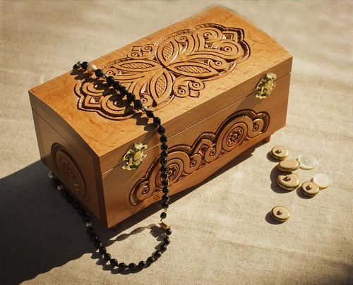 Carved wooden box for jewelry - MADEheart.com