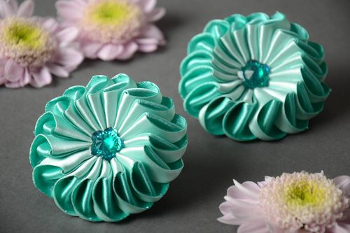 Set of 2 handmade designer elastic hair bands with mint-colored kanzashi flowers - MADEheart.com