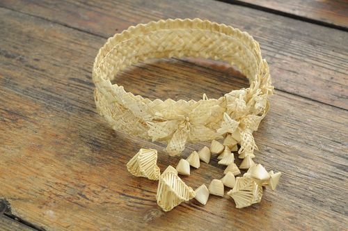 Hand-braiding wedding wreath from straw - MADEheart.com