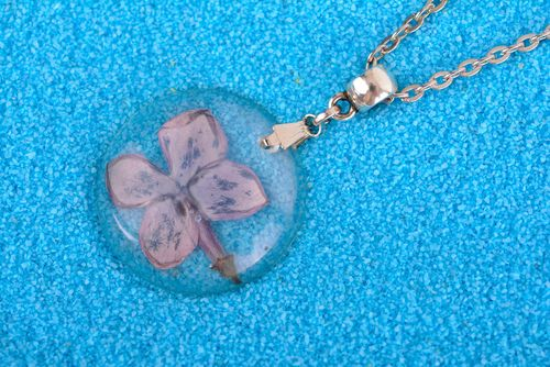 Beautiful handmade flower pendant epoxy resin fashion trends gifts for her - MADEheart.com