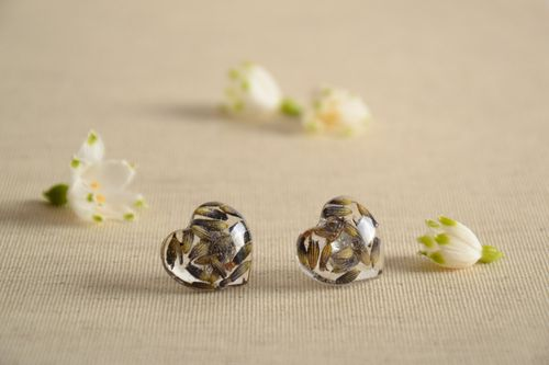 Handmade stud earrings with real plants coated with epoxy in the shape of hearts - MADEheart.com