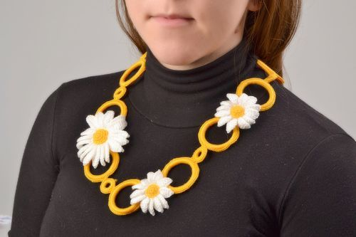 Handmade orange necklace with daisies braided of threads on plastic rings - MADEheart.com