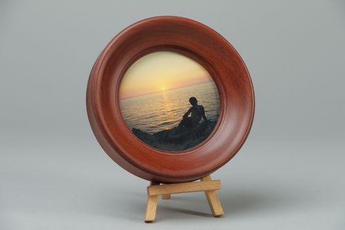 Dark wooden round photo frame - MADEheart.com